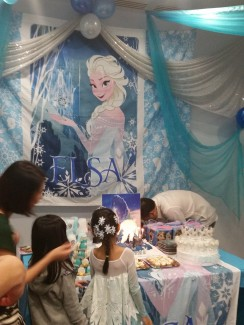 Lovely decor - if you wanna do a Frozen party, this is how you do it